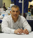 New york yankees algemene manager joe girardi tijdens autographs zitting in new york Stock Afbeeldingen