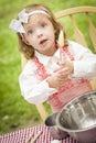 Niña adorable que juega al cocinero cooking Imagen de archivo