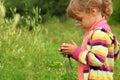 Niña con la cámara de la foto al aire libre Foto de archivo libre de regalías