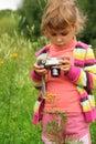 Niña con la cámara de la foto al aire libre Imágenes de archivo libres de regalías