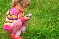 Niña con la cámara de la foto al aire libre Fotografía de archivo