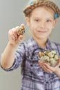 Niña con los huevos de codornices Foto de archivo libre de regalías