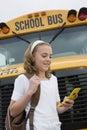 ônibus escolar de text messaging by do estudante Imagem de Stock