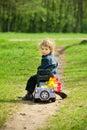 Niño pequeño en un juguete car en parque esta imagen ha asociado el desbloquear Imagen de archivo libre de regalías