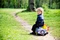 Niño pequeño en un juguete car en parque esta imagen ha asociado el desbloquear Fotografía de archivo libre de regalías