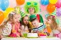 Niños con el payaso que celebra la fiesta de cumpleaños Imagen de archivo