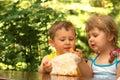 Niños que comen las galletas Fotografía de archivo