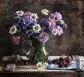Noch Leben mit Corn-flowers, camomiles und carnat Stockfoto