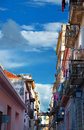 在哈瓦那丝毫五颜六色的大厦的街道 免版税库存照片