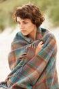 обернутая женщина песка дюн одеяла стоящая Стоковое Изображение