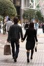 夫妇购物年轻人 免版税库存图片