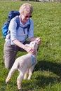 抚摸羊羔的妇女 免版税库存照片