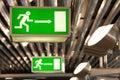 被阐明的 色出口标志 上对天花板 免版税图库摄影
