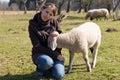 有小羊羔的少妇 库存图片