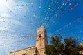 钟楼和假日旗子在一个小镇 库存图片