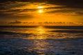 восхо со нца на ат антическим океаном в п яже сумасбро ства южной каро Стоковое Изображение