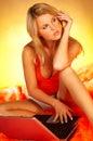 白肤金发的计算机膝上型计算机性感使用 免版税图库摄影