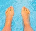 τα πόδια χαδιού αφήνουν το θερμό ύδωρ μου Στοκ φωτογραφία με δικαίωμα ελεύθερης χρήσης