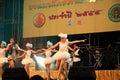 Nonthaburi dezember nicht identifizierter sänger und tänzer führen thailändisches traditionelles musical auf jährlichem Stockbild
