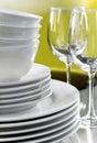 Normale weiße Platten-Schüsseln und Kristallwein-Gläser Stockfotos