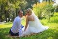 Novia y novio del recién casado de los pares de la boda en amor en el día de boda al aire libre pares cariñosos felices en el Imagen de archivo libre de regalías