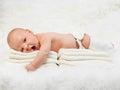 Nowonarodzony chłopiec ziewanie na futerkowej koc Obraz Stock