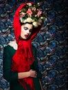 Nubile tenerezza donna affascinante vaga con i fiori rinascita Fotografie Stock Libere da Diritti