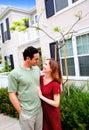 Nuevo hogar de los pares jovenes felices Imagen de archivo libre de regalías