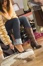 Nya skor som försöker kvinnan Royaltyfria Bilder