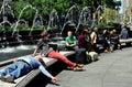 Nyc leute die bei columbus circle sich entspannen Lizenzfreies Stockfoto