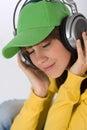 O adolescente fêmea feliz aprecia a música Imagem de Stock Royalty Free