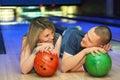 O companheiro e a menina encontram-se e olham-se em se Fotografia de Stock