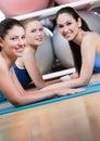 O grupo de mulheres do esporte tem um descanso Imagens de Stock Royalty Free