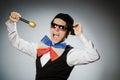 O homem engraçado com o mic no conceito do karaoke Fotografia de Stock Royalty Free