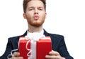 O homem no laço de curva oferece um presente e funde um beijo Imagem de Stock Royalty Free