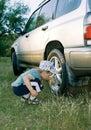 O menino lava o carro Imagem de Stock