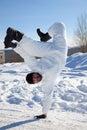 O soldado na camuflagem branca faz uma dança de ruptura Foto de Stock