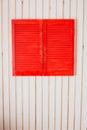 Obturadores de madera rojos en una pared blanca Foto de archivo