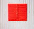 Obturadores de madera rojos en una pared blanca Fotos de archivo libres de regalías