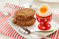Oeuf Soft-boiled dans un coquetier rouge Photo stock