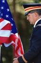 Officier d'armée soulevant l'indicateur Images libres de droits