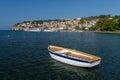Ohrid lake fiskebåt med sikten av en gammal stad av ohrid Royaltyfri Fotografi