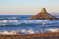Ombrello di spiaggia sul tramonto vicino al mare Fotografie Stock Libere da Diritti