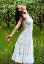 Onbezorgde jonge vrouw in park Royalty-vrije Stock Afbeeldingen