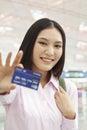Onderneemster showing credit card Stock Afbeelding