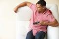 Opinión de arriba el hombre que se relaja en sofa watching television Fotografía de archivo