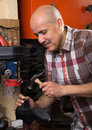 Obrero costura piel zapatos en puntada torno en