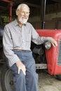 Organischer Landwirt, der durch Vintage Tractor sitzt Stockbild