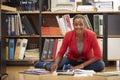 Originais da leitura do assoalho de sitting on office da mulher de negócios Fotografia de Stock