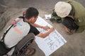 Os estudantes indonésios escrevem o cartaz para imagens na parte superior de volc Foto de Stock Royalty Free